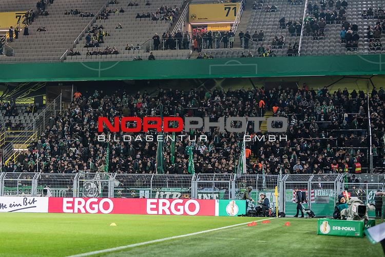 05.02.2019, Signal Iduna Park, Dortmund, GER, DFB-Pokal, Achtelfinale, Borussia Dortmund vs Werder Bremen<br /> <br /> DFB REGULATIONS PROHIBIT ANY USE OF PHOTOGRAPHS AS IMAGE SEQUENCES AND/OR QUASI-VIDEO.<br /> <br /> im Bild / picture shows<br /> angereiste Werder Bremen Fans im Fanblock / Gästefanblock, <br /> <br /> Foto © nordphoto / Ewert