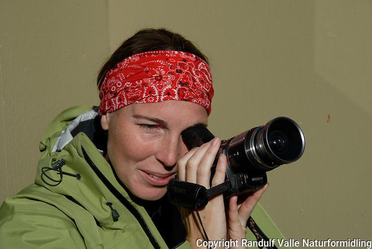 Jente filmer med videokamera. ---- Girl filming with video camera.