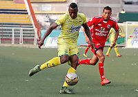 BUCARAMANGA - COLOMBIA - 13 - 03 - 2016: Michael Balanta (Izq.) jugador de Atletico Bucaramanga disputa el balón con Jimmy Mican (Der.) jugador de Fortaleza FC, durante partido entre Atletico Bucaramanga y Fortaleza FC, por la fecha 9 de la Liga Aguila I-2016, jugado en el Alfonso Lopez de la ciudad de Bucaramanga. / Michael Balanta (L) player of Atletico Bucaramanga vies for the ball with Jimmy Mican (R) player of Fortaleza FC,  during a match between Atletico Bucaramanga and Fortaleza FC, for the date 9 of the Liga Aguila I-2016 at the Alfonso Lopez Stadium in Bucaramanga city Photo: VizzorImage  / Duncan Bustamante / Cont.