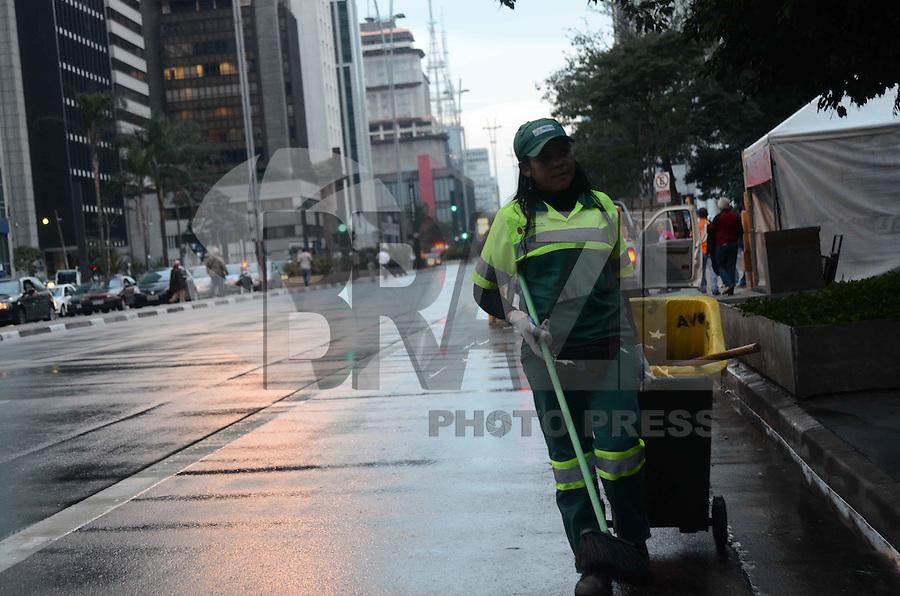 SAO PAULO, 10 DE JUNHO DE 2012 - PARADA GAY - Funcionarios da Prefeitura realizam limpeza apos passagem da da Parada Gay pela Avneida Paulista na tarde deste domingo, regiao central de Sao Paulo. FOTO: ALEXANDRE MOREIRA - BRAZIL PHOTO PRESS