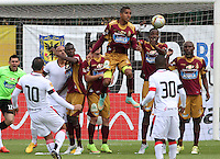 BOGOTA - COLOMBIA - 30-08-2015: Jugadores  del Deportes Tolima  disputan el balon con el Cucuta Deportivo    durante partido  por la fecha 9 de la Liga Aguila II 2015 jugado en el estadio Metropolitano de Techo . /  players of Deportes Tolima   fights the ball against  Cucuta Deportivo during a match for the ninth date of the Liga Aguila II 2015 played at Metropolitano  the Techo  stadium in Bogota  city. Photo: VizzorImage / Felipe Caicedo / Staff.
