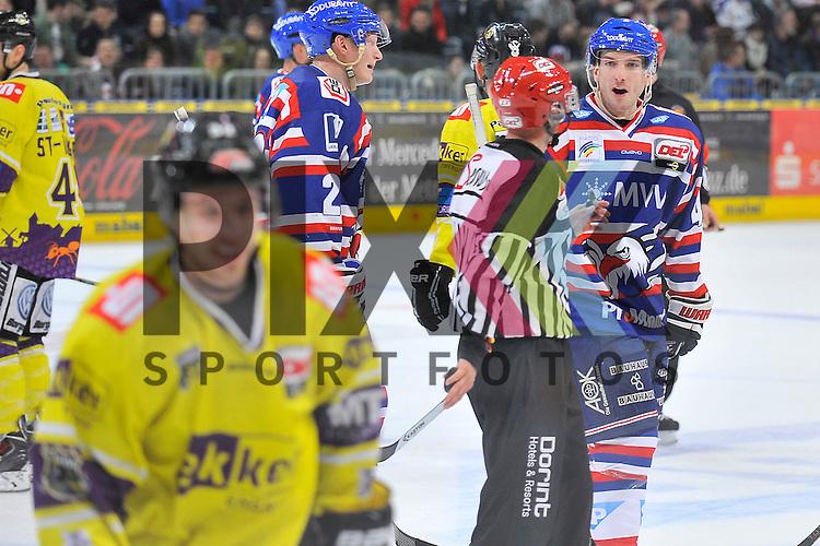 Mannheims Mike Vernace (Nr.48) spricht mit Krefelds Kevin Clark (Nr.32)  beim Spiel in der DEL, Adler Mannheim - Krefeld Pinguine.<br /> <br /> Foto &copy; Ice-Hockey-Picture-24 *** Foto ist honorarpflichtig! *** Auf Anfrage in hoeherer Qualitaet/Aufloesung. Belegexemplar erbeten. Veroeffentlichung ausschliesslich fuer journalistisch-publizistische Zwecke. For editorial use only.