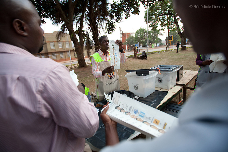 Friday 18 february 2011 - Kampala, Uganda - Poll workers count the ballot papers at a polling station in Kampala. Ugandans vote on Friday in elections expected to return long-serving President Yoweri Museveni to power, with a fragmented opposition crying foul even before the ballot. Photo credit: Benedicte Desrus
