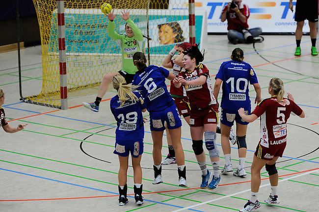 BENSHEIM, DEUTSCHLAND - MAERZ 15: 2. Spieltag in der Abstiegsrunde der Handball Bundesliga Frauen (HBF) in der Saison 2013/2014 zwischen dem Tabellenletzten HSG Bensheim/Auerbach (rot) und dem Tabellenersten der Abstiegsrunde, der HSG Blomberg-Lippe (blau) am 15. Maerz 2014 in der Weststadthalle Bensheim, Deutschland. Endstand 29:32. (16:15)<br /> (Photo by Dirk Markgraf/www.265-images.com) *** Local caption *** Angela Malestein (#18) von der HSG Blomberg-Lippe, Xenia Smits (#6) von der HSG Blomberg-Lippe, #27 Pauline Radke von der HSG Bensheim/Auerbach, #22 Annika Hermenau von der HSG Bensheim/Auerbach, #43 Jennifer Rode von der HSG Bensheim/Auerbach, #5 Antje Lauenroth von der HSG Bensheim/Auerbach