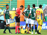 PALMIRA - COLOMBIA, 02-02-2019: Jorge Andres Tabares, arbitro,habla con jugadores del Cali y Huila durante partido por la fecha 3 de la Liga Águila I 2019 entre Deportivo Cali y Atletico Huila jugado en el estadio Deportivo Cali de la ciudad de Palmira. / Jorge Andres Tabares, referee, talks with players of Cali and Huila during match for the date 3 as a part Aguila League I 2019 between Deportivo Cali and Atletico Huila played at Deportivo Cali stadium in Palmira city.  Photo: VizzorImage/ Nelson Rios / Cont