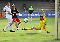 Lothar Sippel (Eintracht) zieht ab gegen Torwrat Matthias Metzger und Hans Blechschmitt (Griesheim) - 16.05.2018: SCV Legenden gegen Eintracht Frankfurt Traditionsmannschaft, Sportfeld Süd Griesheim