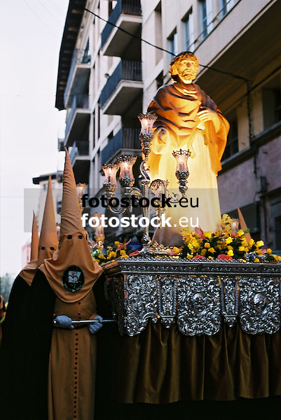 Jesus figure and hooded penitents in Holy Week street procession in Palma de Mallorca<br /> <br /> Figura de Jes&uacute;s y penitentes con capuchas en una procesi&oacute;n de la Semana Santa en Palma de Mallorca<br /> <br /> Jesus-Figur und B&uuml;&szlig;er mit Kapuzen bei einer Karwochen-Prozession in Palma de Mallorca<br /> <br /> 1840 x 1232 px<br /> 150 dpi: 31,16 x 20,86 cm<br /> 300 dpi: 15,58 x 10,43 cm<br /> Original: 35 mm