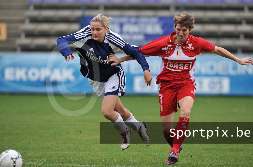 Rassing Harelbeke - Standard Femina : Davina Callens in duel met Aline Zeler.foto DAVID CATRY / Vrouwenteam.be