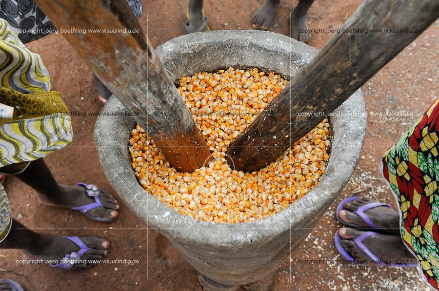 ANGOLA Malanje, women mash maize corn in village Carima / Dorf Carima, Frauen zerstampfen Mais im Moerser