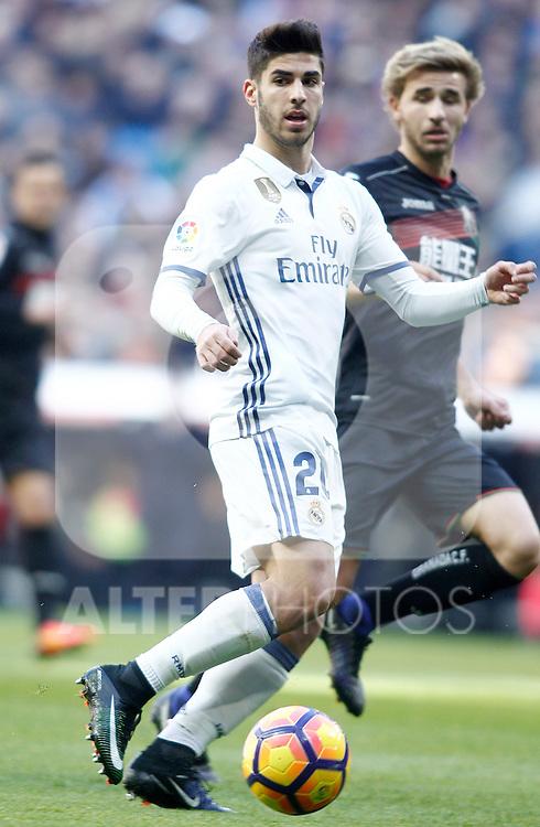 Real Madrid's Marco Asensio (l) and Granada CF's Sergi Samper during La Liga match. January 7,2016. (ALTERPHOTOS/Acero)