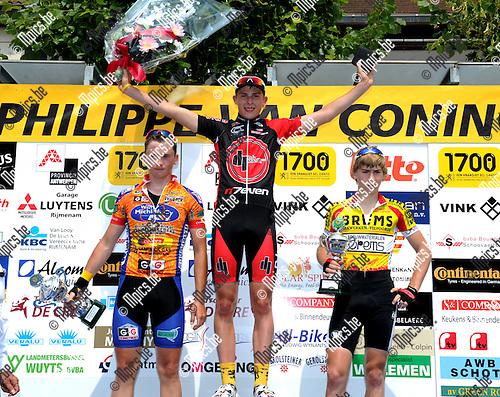 2011-06-05 / Wielrennen / seizoen 2011 / Nieuwelingen in Bonheiden / Het podium met vlnr. Arne Van Roosbroeck (2e), winnaar Enzo Wouters en Jurian Cuyvers (3e)..Foto: Mpics