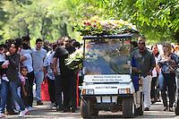 SAO PAULO, SP, 03 Janeiro 2012 O corpo de uma mulher 33 anos que caiu do 15º andar de um prédio na zona oeste de São Paulo, enterrado na manhã desta terça-feira (3) no Cemitério São Pedro, na Vila Alpina  (FOTO: ADRIANO LIMA - NEWS FREE)