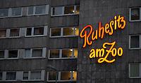 """Berlin, Mittwoch (01.05.13), Die Leuchtreklame """"Ruhesitz am Zoo"""" weißt auf ein Seniorenwohnheim nahe des Kurfürstendamms hin. Foto: Michael Gottschalk/CommonLens"""