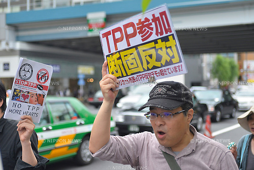 May 25th, 2013 : Tokyo, Japan - A man held a sing against Trans-Pacific Strategic Economic Partnership Agreement, or TPP, during a demonstration at Ginza, Chuo, Tokyo, Japan on May 25, 2013. According to a demonstration authority, there were more than 2,000 people showed up from all over the nation. (Photo by Koichiro Suzuki/AFLO)