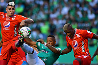 PALMIRA - COLOMBIA, 08-02-2020: Jhon Vasquez del Cali disputa el balón con Michael Rangel y Marlon Torres de America durante partido entre Deportivo Cali y América de Cali por la fecha 4 de la Liga BetPlay DIMAYOR I 2020 jugado en el estadio Deportivo Cali de la ciudad de Palmira. / Jhon Vasquez of Cali vies for the ball with Michael Rangel and Marlon Torres of America during match between Deportivo Cali and America de Cali for the date 4 as part of BetPlay DIMAYOR League I 2020 played at Deportivo Cali stadium in Palmira city. Photo: VizzorImage / Nelson Rios / Cont