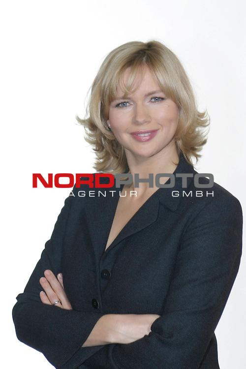 Fotocall zu &quot;Sterne leuchten auch am Tag&quot;, ZDF-Fernsehfilm, Ausstrahlung am 6.Dezember 2004<br /> <br /> Veronica Ferres, Halbkoerper, verschraenkte Arme<br /> <br /> Foto &copy; nordphoto / Volker Sarbach<br />  *** Local Caption *** Foto ist honorarpflichtig! zzgl. gesetzl. MwSt.<br />  Belegexemplar erforderlich<br /> Adresse: nordphoto<br /> Georg-Reinke-Strasse 1<br /> 49377 Vechta