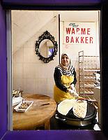 Nederland  Beverwijk  2017. De Bazaar in Beverwijk. De Bazaar in Beverwijk is al 37 jaar de plek waar uiteenlopende culturen samenkomen en is de grootste overdekte markt in Europa. De Bazaar bestaat uit verschillende marktdelen. De Oosterse Markt. Bakkerij Hazar.Vrouw maakt gozleme.        Foto mag niet in negatieve context gebruikt worden.      Foto Berlinda van Dam / Hollandse Hoogte