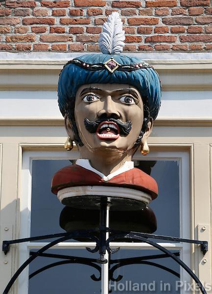 Goes- Gaper met gouden pil in de mond , hangt  aan de gevel  van een pand bij de Stadshaven
