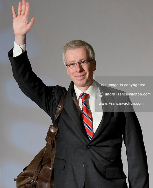 Stephane Dion, Member of Parliament for the Liberal Party of Canada, waves the crowd goodbye at the Federation of Canadian Municipalities (FCM) congress with his famous backpack in Quebec city Sunday June 1, 2008.