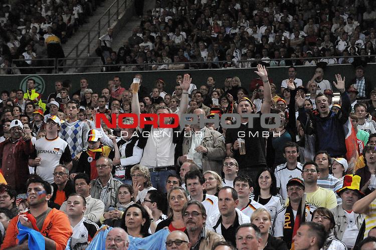 Fussball, L&auml;nderspiel, WM 2010 Qualifikation Gruppe 4 in D&uuml;sseldorf<br />  Deutschland (GER) vs. Aserbaidschan ( AZE )<br /> <br /> <br /> Fans aus Neuenkirchen<br /> <br /> Foto &copy; nph (  nordphoto  )<br />  *** Local Caption *** <br /> <br /> Fotos sind ohne vorherigen schriftliche Zustimmung ausschliesslich f&uuml;r redaktionelle Publikationszwecke zu verwenden.<br /> Auf Anfrage in hoeherer Qualitaet/Aufloesung