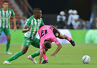 MEDELLÍN - COLOMBIA ,30-09-2018: Helibelton Palacios (Izq.) jugador del Atlético Nacional disputa el balón con Nelino Tapia (Der.) jugador del Boyacá Chicó durante partido por la fecha 12 de la Liga Águila II 2018 jugado en el estadio Atanasio Girardot de la ciudad de Medellín. / Helibelton Palacios(L) player of Atletico Nacional fights for the ball with Nelino Tapia (R) player of Boyaca Chico during the match for the date 12 of the Liga Aguila II 2018 played at the Atanasio Girardot  Stadium in Medellin  city. Photo: VizzorImage /León Monsalve / Contribuidor.