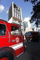 SAO PAULO, 23 DE JULHO DE 2012. INCENDIO EM PINHEIROS. Predio pega fogo na rua Simão Alvares em Pinheiros na tarde desta segunda feira. FOTO ADRIANA SPACA BRAZIL PHOTO PRESS