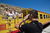 Europe/France/Languedoc-Roussillon/66/Pyrénées-Orientales/Conflent/Fontpédrouse: Le Train jaune de Cerdagne appelé le Train Jaune ou le Canari, car les véhicules arborent les couleurs catalanes, le jaune et le rouge à la gare de Fontpédrouse-Saint-Thomas-les-Bains gare de Fontpédrouse-Saint-Thomas-les-Bains - le personnel photographie les voyageurs