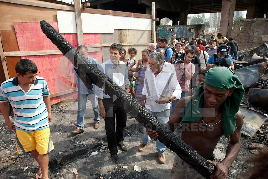 ATENCAO EDITOR: FOTO EMBARGADA PARA VEICULO INTERNACIONAL - SAO PAULO, SP, 19 DE SETEMBRO DE 2012 - ELEICOES SP -  FERNANDO HADDAD - O candidato a prefeitura de Sao Paulo, Fernando Haddad, visitou na tarde desta quarta-feira 19, a favela do Moinho.  A comunidade, que fica perto dos trilhos da CPTM, foi parcialmente destruída por um incêndio na segunda (17). FOTO VAGNER CAMPOS/ BRAZIL PHOTO PRESS