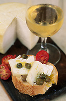 Europe/Croatie/Dalmatie/Ston: Casse-croute paysan , pain , fromage local, capres et tomates accompagné de vin blanc
