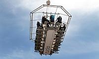 BARCELONA, ESPANHA, 05 DE MAIO 2012 - RESTAURANTE SUSPENSO - Plataforma de um restaurante suspenso a 50 metros de altura e vista na manha desse sabado onde cada um dos 22 clientes paga um valor de 30 Euros para apreciar durante 30 minutos um aperitivo e uma vista completa da cidade de Barcelona. FOTO: VANESSA CARVALHO - BRAZIL PHOTO PRESS.