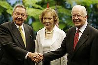 HAB307 LA HABANA (CUBA) 29/03/2011.- El presidente cubano, Raúl Castro (izq), y el expresidente de Estados Unidos Jimmy Carter (der) se saludan en presencia de Rosalyn Carter (cen) hoy, martes 29 de marzo de 2011, en La Habana (Cuba), poco antes de sostener una reunión. Carter quiere ayudar a mejorar las relaciones entre su país y Cuba, según dijo en el segundo día de su visita a la isla, donde desarrolla una intensa agenda que incluye una reunión con el presidente Castro y mañana una cita con la disidencia. EFE/Javier Galeano/POOL