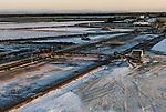 """Camargue-Aigues Mortes. Le saline all'alba viste dall'alto di una """"camelle""""."""