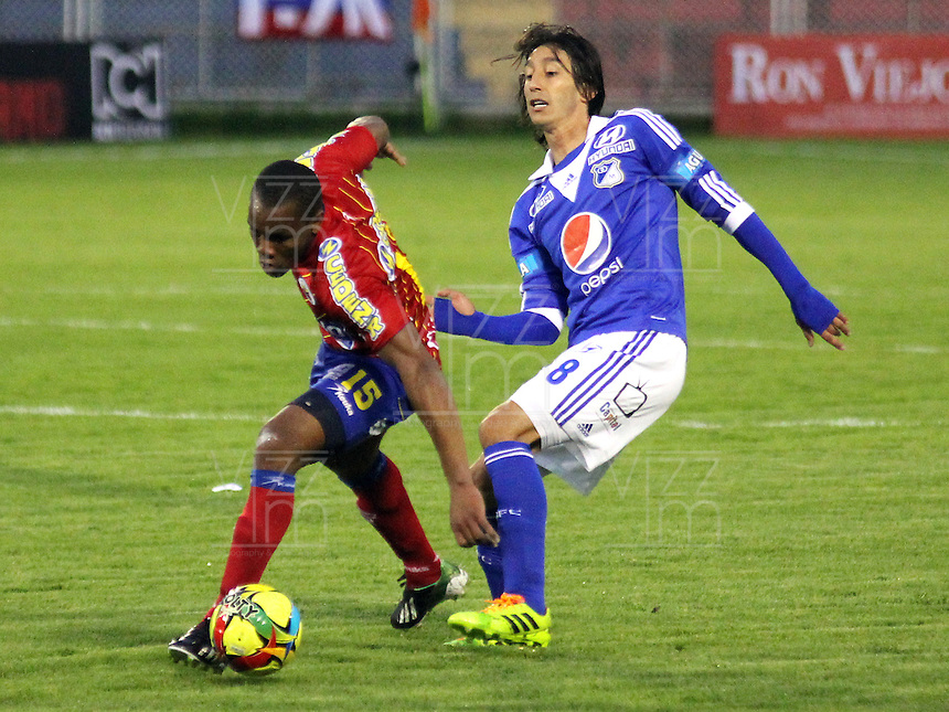 PASTO -COLOMBIA, 30-11-2013. Rafael Robayo (Der) de Los Millonarios  disputa el bal—n contra el Deportivo Pasto  durante partido v‡lido por los cuadrangulares finales de la Liga Postobon II 2013 jugado en el estadio Libertad de la ciudad de Pasto./ Rafael Robayo ( R) of Los Millonarios fights for the ball against Deportivo Pasto during valid match runs by end of 2013 Liga Postobon II played in The Libertad Stadium Pasto. Photo: VizzorImage / stringer