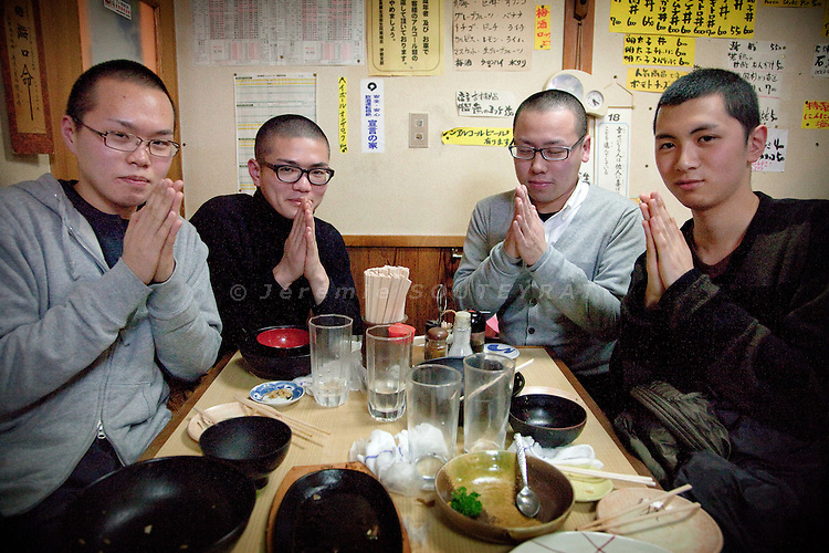 (En) January 2010 - Koyasan, Japan. Students of the Koyasan university meet for dinner in one of the few restaurants still open at 7pm. After 2 more years at university and 1 year at the monastery, Takahiro, Cho, Yoshihiko et Takahiro (L to R), 20, will become priests. (Fr) Janvier 2010 - Koyasan, Japon. De jeunes étudiants à l'université du Koyasan se retrouve le soir dans un des rares restaurants ouverts du centre ville. Apres deux annees suplementaires a l'unversite et un an dans un monastere pour achever leur formation, Takahiro, Cho, Yoshihiko et Takahiro (G à D), 20 ans, deviendront pretres.