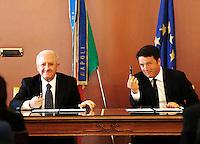 """Il presidente del consiglio Matteo Renzi e il presidente della regione Campania Vincenzo De Luca firmano il """"Patto per la Campania """" negli uffici della Prefettura di Napoli"""