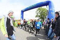 Startschuss von Rüsselsheims Oberbürgermeister Patrick Burghardt für die Nordic Walker am Start an den Opelvillen, HR4-Moderator Tobias Hagen kommentiert