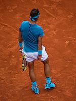 Paris, France, 24 June, 2016, Tennis, Roland Garros,  Rafael Nadal (ESP) scratchen his bottum<br /> Photo: Henk Koster/tennisimages.com