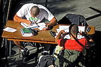 Estudantes na biblioteca do Centro Cultural Vergueiro. São Paulo. 2007. Foto de Juca Martins.