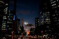 SAO PAULO, SP, 29.04.2015 - CLIMA-SP -  Pôr-do-sol visto a partir da avenida Paulista, região central da cidade, no final da tarde dessa quarta-feira 29. (Foto: Gabriel Soares/ Brazil Photo Press)