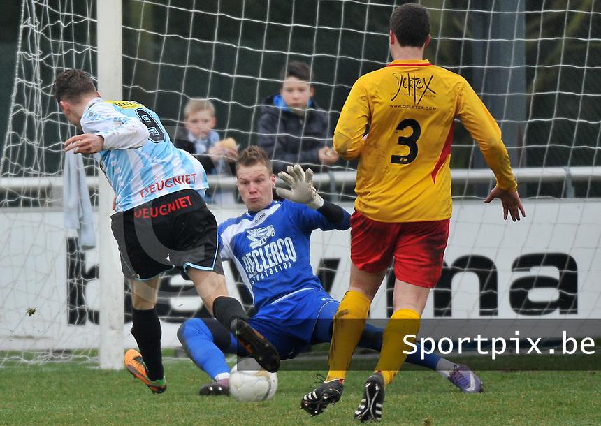 Racing Waregem - Geel Meerhout : Bram Poell scoort voorbij doelman Soren Dutoit.foto VDB / BART VANDENBROUCKE