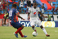 SANTA MARTA - COLOMBIA, 01-06-2019: David Ferreira de Unión disputa el balón con Andres Felipe Roman de Millonarios durante partido por la fecha 5, cuadrangulares semifinales, de la Liga Águila I 2019 entre Unión Magdalena y Millonarios jugado en el estadio Sierra Nevada de la ciudad de Santa Marta. / David Ferreira of Union struggles the ball with Andres Felipe Roman of Millonarios during match for the date 5 of the semifinal quadrangular as part Aguila League I 2019 between Union Magdalena and Millonarios played at Sierra Nevada stadium in Santa Marta city. Photo: VizzorImage / Gustavo Pacheco / Cont