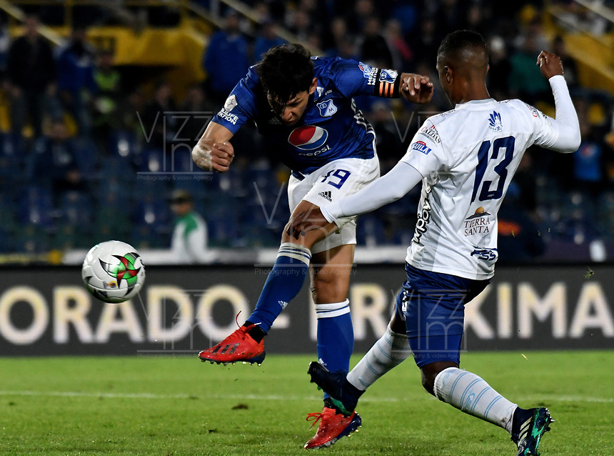 BOGOTÁ - COLOMBIA, 28–02-2019: Roberto Ovelar de Millonarios patea para anotar el segundo gol a César Giraldo guardameta de Unión Magdalena (Fuera de Cuadro), durante partido de la fecha 7 entre Millonarios y por la Liga Águila I 2019, jugado en el estadio Nemesio Camacho El Campín de la ciudad de Bogotá. / Roberto Ovelar player of Millonarios shoot to scored a second goal to Cesar Giraldo goalkeeper of Unión Magdalena, during a match of the 7th date between Millonarios and Union Magdalena, for the Aguila Leguaje I 2019 played at the Nemesio Camacho El Campin Stadium in Bogota city, Photo: VizzorImage / Luis Ramírez / Staff.