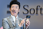 """Comedian """"Nabeatsu"""" introduces mobile carrier SoftBank's new mobile handset for spring before 3,500 specially invited guests at Tokyo International Forum. The company introduced new mobile handsets for spring in Tokyo.16 February, 2009. (Taro Fujimoto/JapanToday/Nippon News)"""