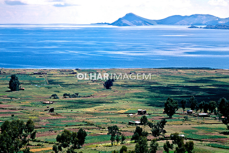 Campo agrícola e Lago Titicaca. Bolivia. 1998. Foto de Juca Martins.