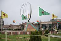 Strassenszene in Qamishli, Rojava/Syrien.<br /> Flaggen der YPG und YPJ an einem Denkmal.<br /> 14.12.2014, Qamishli/Rojava/Syrien<br /> Copyright: Christian-Ditsch.de<br /> [Inhaltsveraendernde Manipulation des Fotos nur nach ausdruecklicher Genehmigung des Fotografen. Vereinbarungen ueber Abtretung von Persoenlichkeitsrechten/Model Release der abgebildeten Person/Personen liegen nicht vor. NO MODEL RELEASE! Nur fuer Redaktionelle Zwecke. Don't publish without copyright Christian-Ditsch.de, Veroeffentlichung nur mit Fotografennennung, sowie gegen Honorar, MwSt. und Beleg. Konto: I N G - D i B a, IBAN DE58500105175400192269, BIC INGDDEFFXXX, Kontakt: post@christian-ditsch.de<br /> Bei der Bearbeitung der Dateiinformationen darf die Urheberkennzeichnung in den EXIF- und  IPTC-Daten nicht entfernt werden, diese sind in digitalen Medien nach §95c UrhG rechtlich geschuetzt. Der Urhebervermerk wird gemaess §13 UrhG verlangt.]
