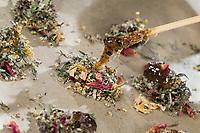Herstellung von Räucherkugeln, Räucherkugel mit getrocknete Kräuter, Blüten, Knospen und Fichtenharz, Harz. Räuchern, Räucherritual, Räuchern mit Kräutern, Kräuter verräuchern, Wildkräuter, Duftkräuter, Duft, Smoking with herbs, wild herbs, aromatic herbs, fumigate, cure, smoke. Fichtenharz, Fichten-Harz, Baumharz, Harz, Harztropfen, liquid pitch, tree gum, galipot, gallipot. Gewöhnliche Fichte, Rot-Fichte, Rotfichte, Picea abies, Common Spruce, Norway spruce, L'Épicéa, Épicéa commun. Oregano, Wilder Dost, Echter Dost, Gemeiner Dost, Oreganum, Origanum vulgare, Oregano, Wild Marjoram. Tüpfel-Johanniskraut, Echtes Johanniskraut, Tüpfeljohanniskraut, Hypericum perforatum, St. John´s Wort. Gewöhnlicher Beifuß, Beifuss, Artemisia vulgaris, Mugwort, common wormwood. Echtes Mädesüß, Mädesüss, Filipendula ulmaria, Meadow Sweet, Quenn of the Meadow, tea, herbal tea, herb tea, Reine des prés. Schwarzer Holunder, Holunder, Sambucus nigra, Fliederbeeren, Fliederbeere, Common Elder, Elder, Elderberry, Sureau commun, Sureau noir. Rose, Rosenblätter, Rosa spec.