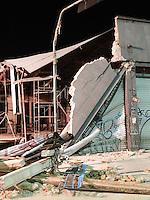 SAO BERNARDO DO CAMPO, SP, 01 MARCO 2013 - QUEDA FACHADA - Um pedestre morreu no desabamento de um imóvel no Centro de São Paulo na noite desta quinta-feira (28). Segundo o Corpo de Bombeiros, o acidente aconteceu na Avenida da Liberdade, na altura do número 700, em uma obra de um antigo bar.(FOTO: ADRIANO LIMA / BRAZIL PHOTO PRESS).