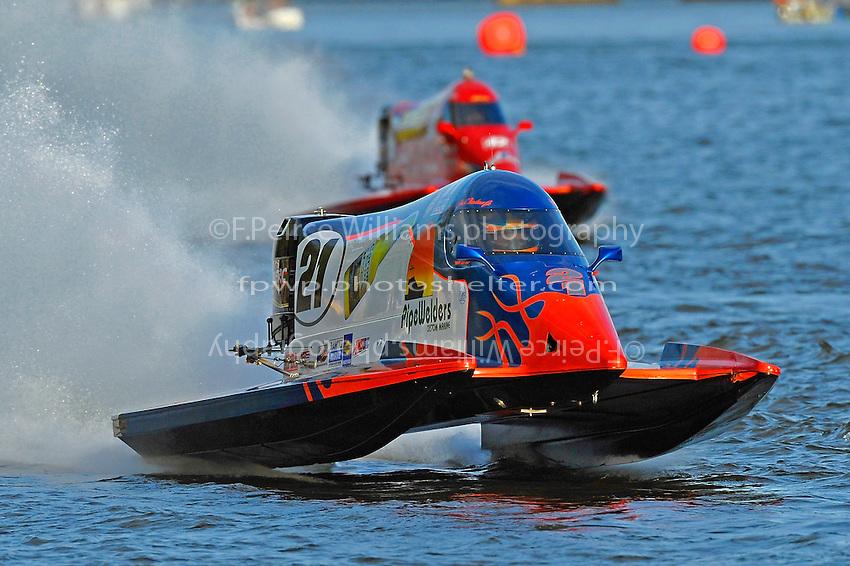 Jose Mendana (#21) leads Shaun Torrente (#42)   (Formula 1/F1/Champ class)