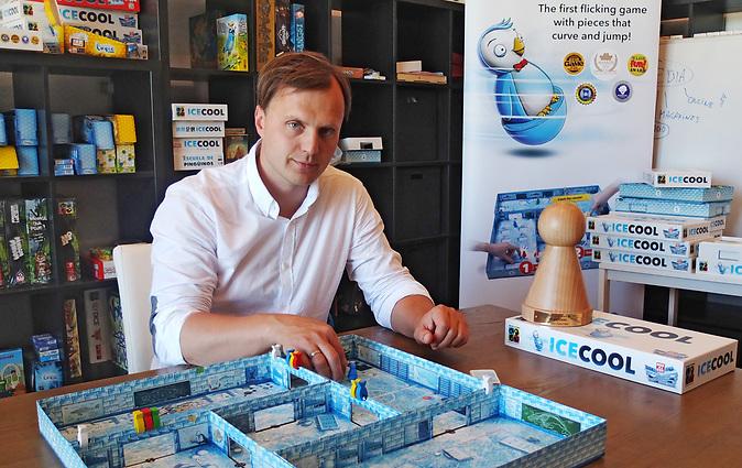Egils Grasmanis präsentiert das Spiel Ice Cool. Es hat den Preis Spiel des Jahres in Hamburg erhalten.