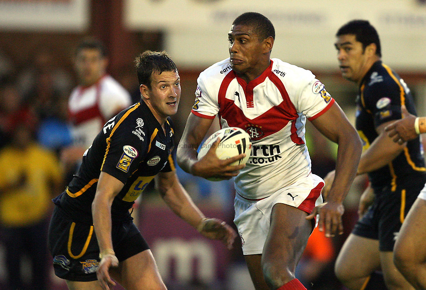 Photo: Paul Greenwood..St Helens v Leeds Rhinos. Engage Super League 2007. 06/07/2007..Saints' Leon Pryce, (C) evades the challenge of Danny McGuire.